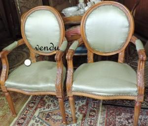 paire de fauteuils à médaillon des années 1970DSCN1836