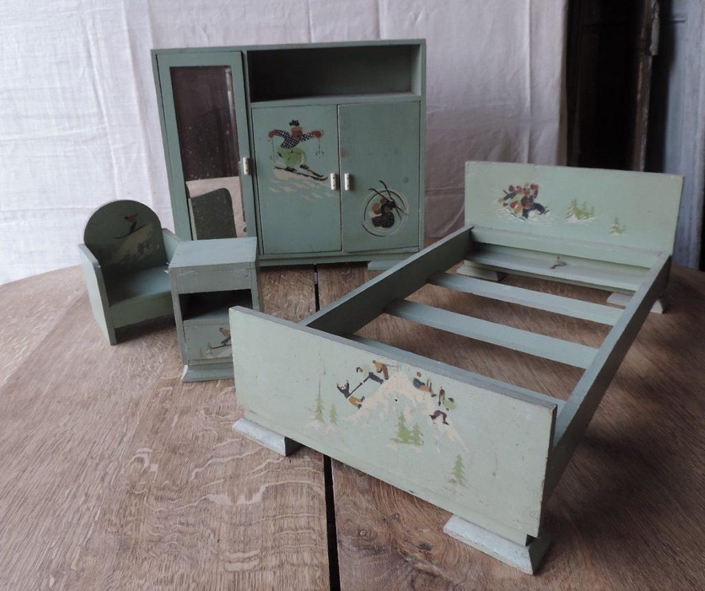 Jouets d\'enfant : chambre à coucher en bois 1950 | Brocanta